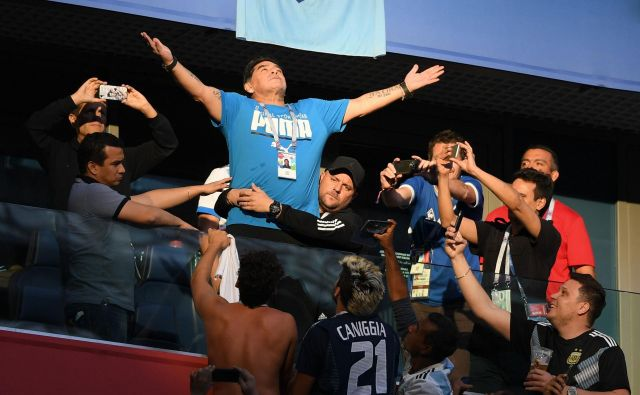 Diego Armando Maradona v svojem slogu blesti na tribuni. FOTO: AFP