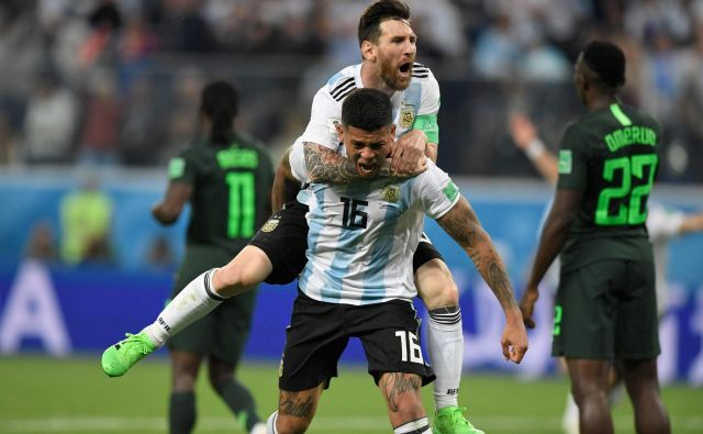 Lionel Messi in Marcos Rojo sta Argentini pomagala iz zagate. Foto Gabriel Bouys/AFP