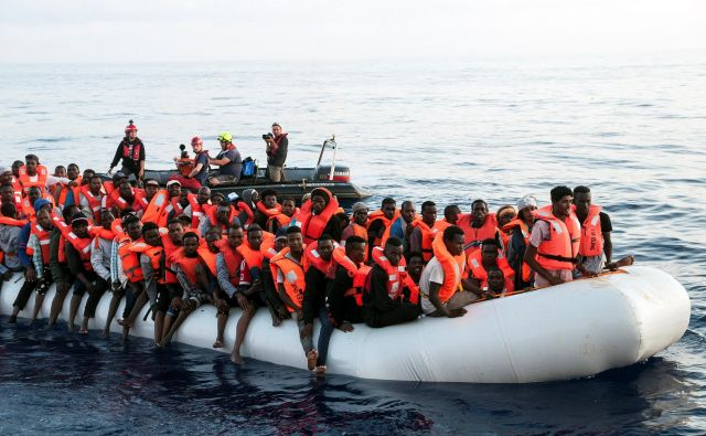 MLadja je v četrtek v Sredozemskem morju rešila več kot 230 migrantov, med njimi otroke in nosečnico, a sta ji Malta in Italija sprva prepovedali vplutje. FOTO: Reuters