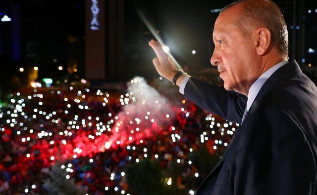 Turški predsednik Recep Tayyip Erdogan pozdravlja svoje privržence. FOTO: REUTERS