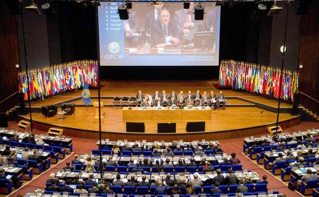 Med izrednim zasedanjem Organizacije za prepoved kemičnega orožja (OPCW) v Haagu sta bila bitko Rusija in Zahod. FOTO: AFP