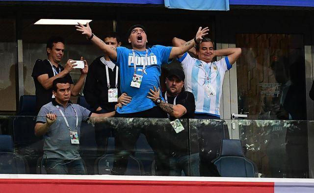 Televizijske kamere so ujele Maradono, kako se burno odziva na potek tekme. FOTO: AFP