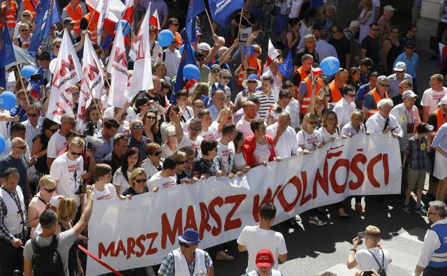 Udeleženci protivladnega protesta, ki so ga minuli mesec v Varšavi organizirale opozicijske skupine. FOTO: Kacper Pempel/Reuters