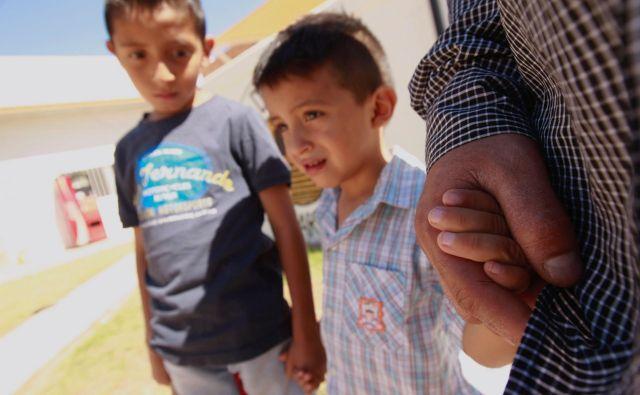 Salvadorski migrant Epigmenio Centeno in njegova sinova Axel Jaret in Steven Atonay. FOTO: Jose Luis Gonzalez/Reuters