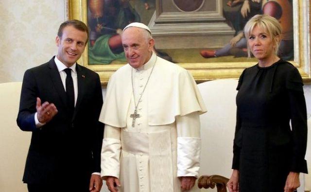 Brigitte Macron s soprogom pri papežu.