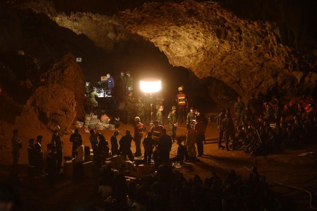 FOTO:Mrzlično iskanje tajskih dečkov, izgubljenih v jami (FOTO)