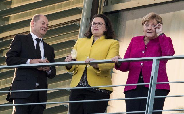 Nemška kanclerka Angela Merkel se v zadnjem času med pogovori s koalicijskimi partnerji ne počuti najbolj lagodno, v sredini Andrea Nahles iz SPD, levo pa finančni minister Olaf Scholz. FOTO: AP
