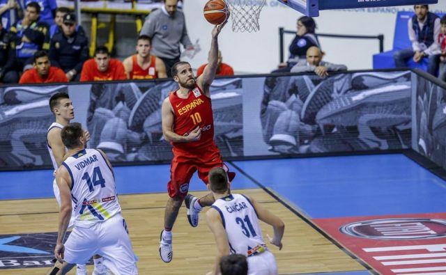 Quino Colom (z žogo) je v Burgosu povzročal največ preglavic slovenskim košarkarjem.<br /> Foto FIBA