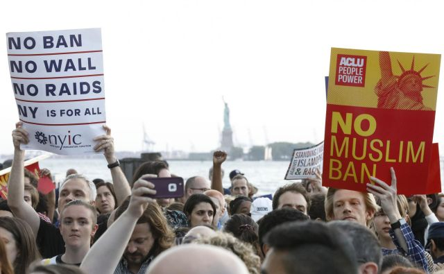Na skrajnem jugu Manhattna, v parku Battery, je včeraj množica ljudi protestirala proti Trumpovi politiki priseljevanja. FOTO: Reuters