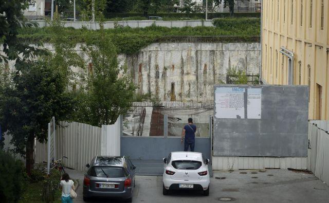 V gradbeneni jami v Tobačni bodo po več letih morda vendarle zabrneli gradbeni stroji.