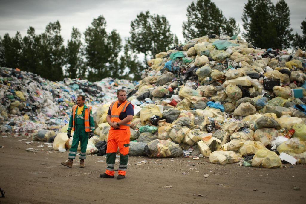FOTO:V kupih odpadne plastike se lahko zaredijo glodavci in mrčes, lahko pa tudi zagorijo
