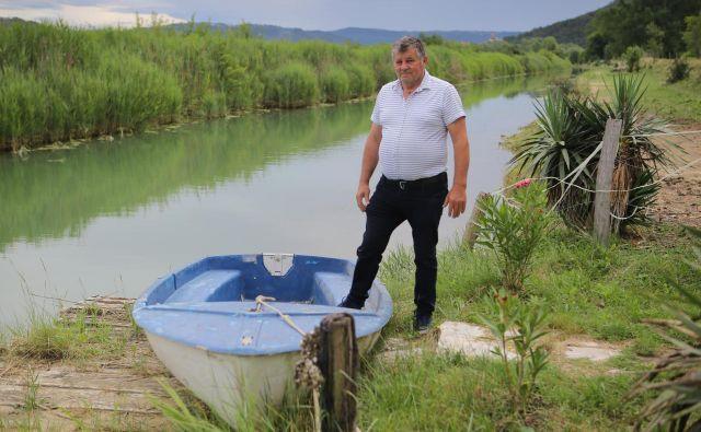 Anton Škof na vrtu svoje hiše ob izlivu reke. »Kaj bi se sploh lahko spremenilo? Tu imam hišo, konje, vodo iz svojega izvira, elektriko pa prek sončnih celic.« FOTO: Jože Suhadolnik