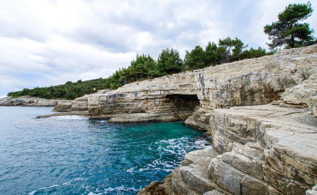 Galebove stijene v Pulju – idealne za skoke v vodo, potapljanje, raziskovanje podvodnih jam. FOTO: Beachrex.com