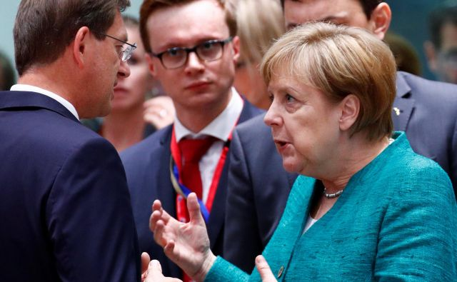 Angela Merkel med pogovorm s slovenskim premierom Mirom Cerarjem. FOTO: Francois Lenoir/Reuters