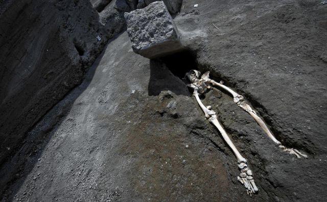 Arheologi so pred nekaj tedni našli okostje moškega, ki je bežal pred vulkanom, ki je pokopal Pompeje. FOTO: AP