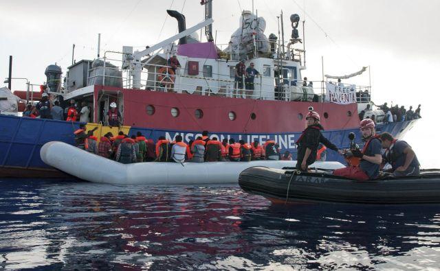 Ladja Lifeline rešuje migrante. FOTO: Hermine Poschmann/AP