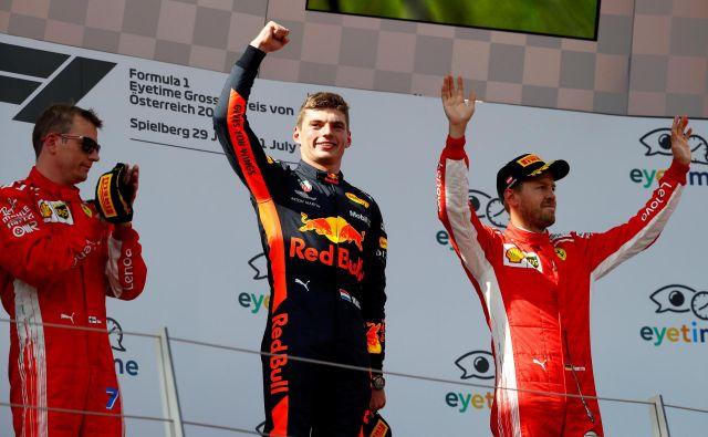 Ferrarijeva asa Kimi Räikkönen (levo) in Sebastian Vettel (desno) sta proti koncu velike nagrade Avstrije lovila Red Bullovega dirkača Maxa Verstappna, vendar ga nista ulovila. Foto Reuters