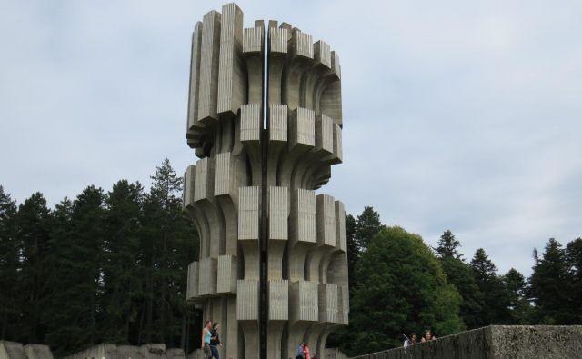 Veličasten spomenik padlim partizanom in pobitim nedolžnim žrtvam fašističnega divjanja na Kozari. FOTO: Bojan Rajšek/Delo<br />