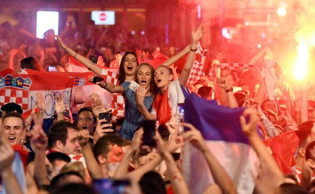 Na osrednjem zagrebškem trgu so tako kot drugod po Hrvaškem uvrstitev v četrtfinale slavili do jutra.<br /> FOTO AFP