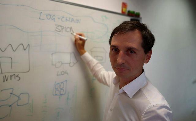 »Izziv sodobne logistike je to, da se ne da avtomatizirati vsega,« pojasnjuje Andrej Planina iz družbe Špica International. FOTO: Miran Varga