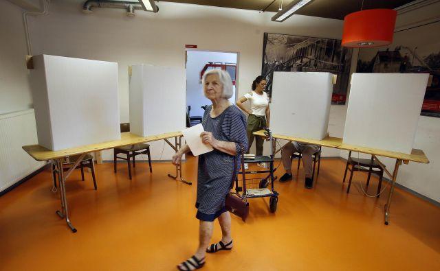 Pripomočki e-oskrbe starejšim omogočajo varnost tudi izven domačih štirih sten. FOTO: Uroš Hočevar