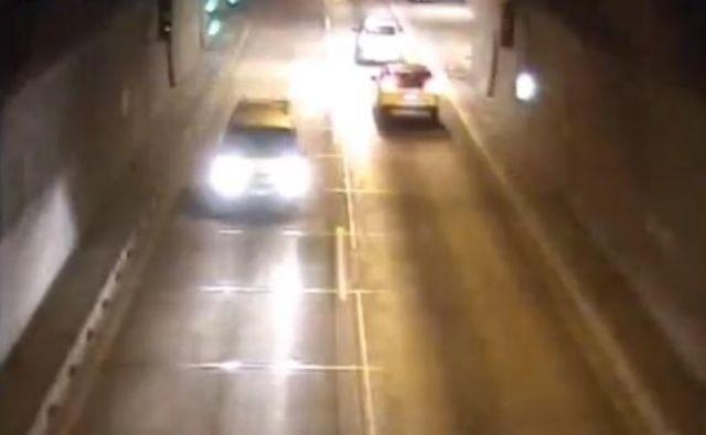 Voznika, ki je obrnil v predoru in peljal v napačno smer, so posnele tudi nadzorne kamere. FOTO: Dars