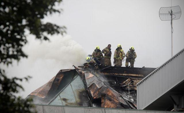 Požar je bil zaradi višine objekta zelo zahteven, gasilo je 75 gasilcev s 14 gasilskimi vozili. FOTO: Blaž� Samec