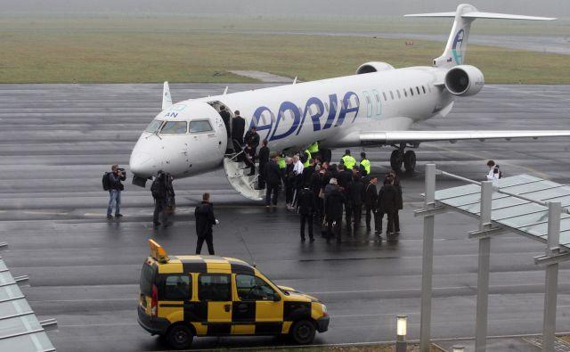 V Adrii Airways zatrjujejo, da potnikom v primeru odpovedi leta uredijo pot do končne destinacije in mu zagotovijo vse, kar v takšnih primerih zahteva zakonodaja, povečanja števila pritožb pa menda ne opažajo. FOTO: Tadej Regent/Delo