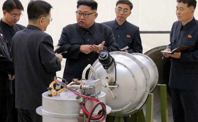 Severnokorejski voditelj Kim Džong Un je pred prihodom ameriškega državnega sekretarja obiskal več tovarn, o katerih domnevajo, da proizvajajo sestavne dele raket. FOTO: AP