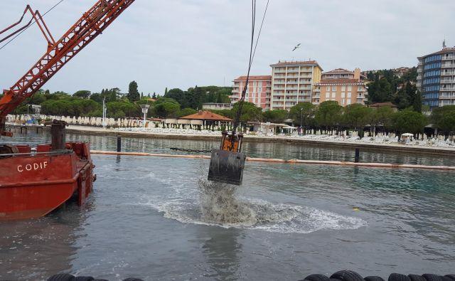 Tako so včeraj še kalili vodo na eni najbolj urejenih plaž v kraju. A so popoldne delavci začeli pospravljati stroje. FOTO: Boris Šuligoj
