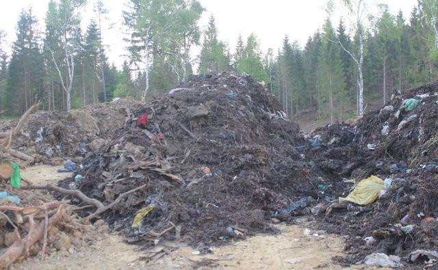 Odpdki, ki so jih potem odpeljali z zemljišča pri Moravi. Foto E. N.