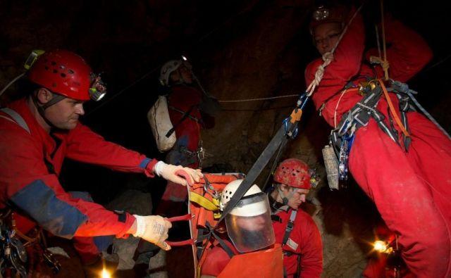 Maks Merela je član enote Jamarske reševalne službe Slovenije, ki je usposobljena za posredovanje vtujini. FOTO: CaveSAR Slovenia