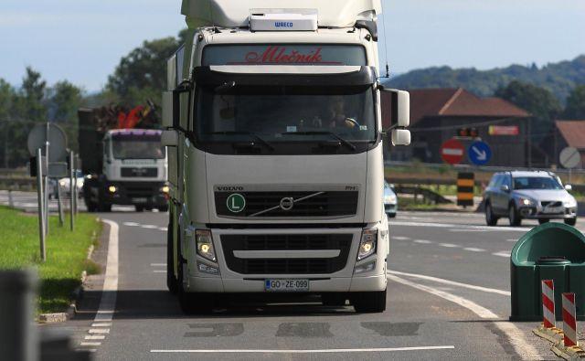 Do sredine avgusta morajo biti odstranjene vse zapore z vozišča na cestninski postaji Log. FOTO: Jože Suhadolnik