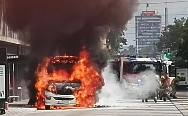 »Serijsko izdelana in preizkušena so vsa vozila,« teden dni po požaru (na fotografiji) zatrjujejo pri LPP. FOTO: arhiv Slovenskih Novic