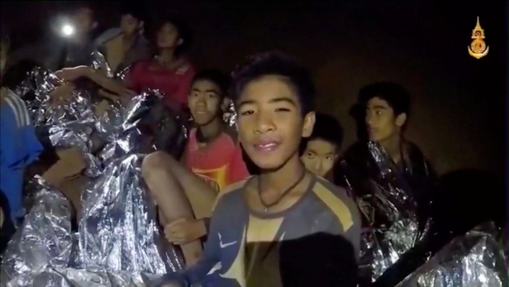 FOTO:Nov posnetek: dečki so veseli družbe, a kdaj bodo prišli iz jame, še ni jasno