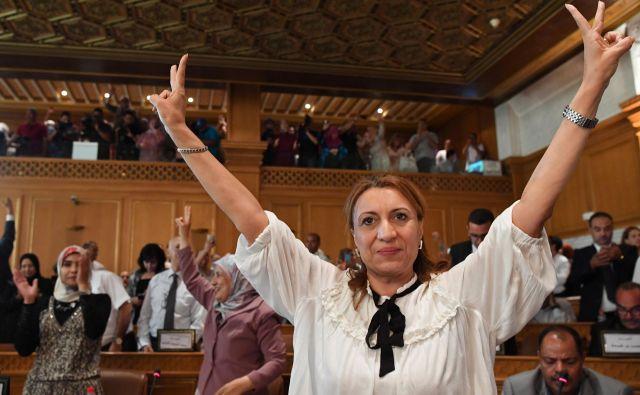 Zmagoslavje Souad Abderrahim po izvolitvi na mesto županje. FOTO: Fethi Belaid/AFP