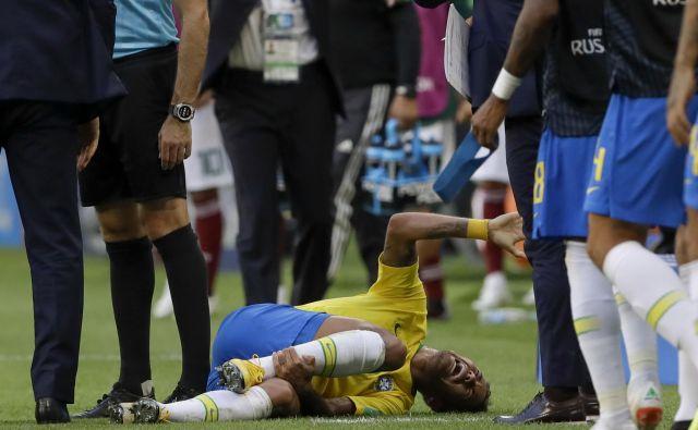 Neymar je tudi zaradi burnih reakcij po prekrških nad njim priljubljena tarča na družbenih omrežjih. Foto Andre Penner/AP