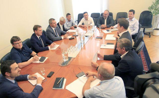 Koalicijska pogajanja potekajo že ves teden, nadaljujejo se tudi danes popoldne. FOTO: Roman Šipić