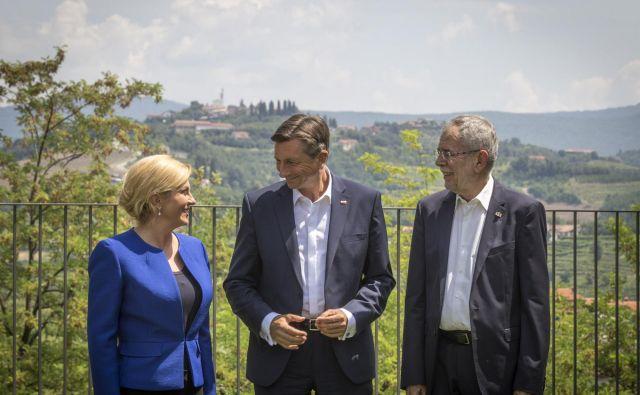 Slovenski predsednik Borut Pahor, avstrijski predsednik Alexander van der Bellen in hrvaška predsednica Kolinda Grabar Kitarović so si bili edini o tem, da mora Evropska unija bolje zaščititi svoje zunanje meje in se izogniti posebnim notranjim kontrolam. FOTO: Voranc Vogel/Delo