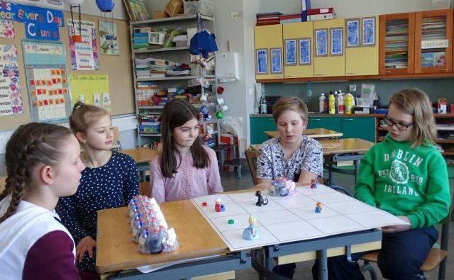 Otroci na Finskem pri pouku uporabljajo robote, ki jih je mogoče programirati. FOTO: Reuters