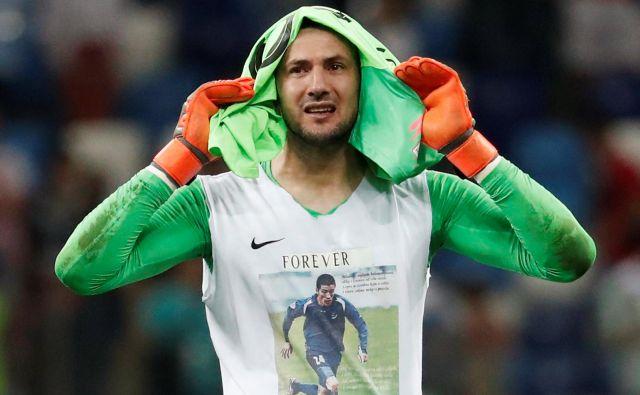 Danijel Subašić pod dresom nosi majico v spomin na pokojnega prijatelja. Foto Damir Sagolj/Reuters