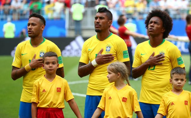 Neymar, Paulinho in Willian med glasnim petjem brazilske himne. Foto Reuters