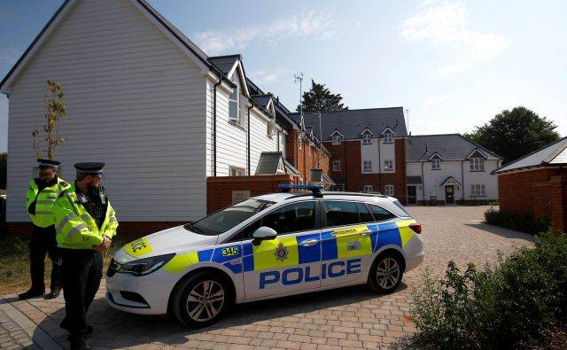 Police officers guard the entrance to a housing estate on Muggleton Road, after it was confirmed that two people had been poisoned with the nerve-agent Novichok, in Amesbury, Britain, July 5, 2018. REUTERS/Henry Nicholls Foto Henry Nicholls Reuters