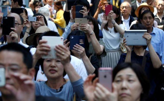 Ljudje smo vse bolj odvisni od mobilnih telefonov. Foto Reuters
