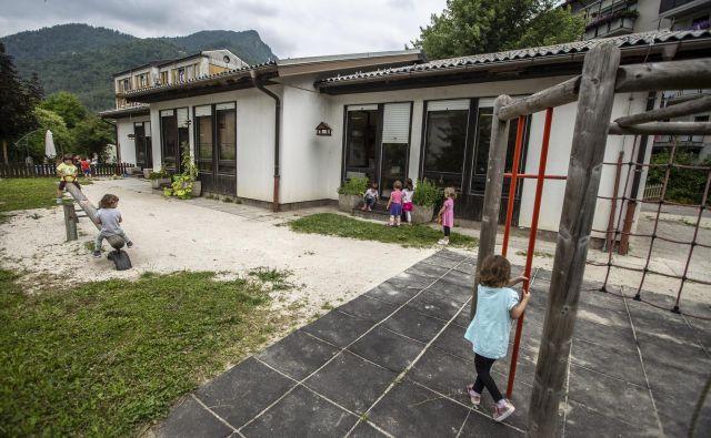 Vrtec v Spodnji Idriji za malčke in vzgojiteljice ni več primeren. FOTO: Voranc Vogel/Delo