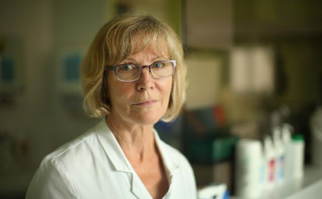 Doc. dr. Vojka Gorjup, zdravnica s centralnega intenzivnega oddelka UKC Ljubljana, opozarja, da tudi sestre, ki bi prišle danes na oddelek, še leto dni ne morejo same skrbeti za bolnike, saj potrebujejo toliko časa, da se naučijo vseh postopkov. Na razpise se ni prijavila niti ena. FOTO: Jure Eržen/Delo