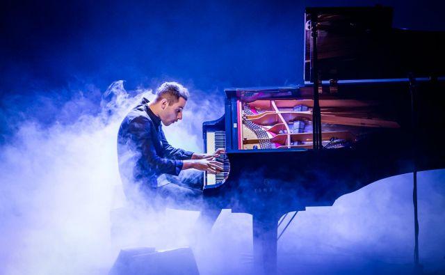 Peter Bence je postal globalna spletna atrakcija s strastnim udarnim igranjem priredb skladbMichaela Jacksona, zasedbe Queen ali avstralske zvezdniceSie. FOTO: Simone Di Luca