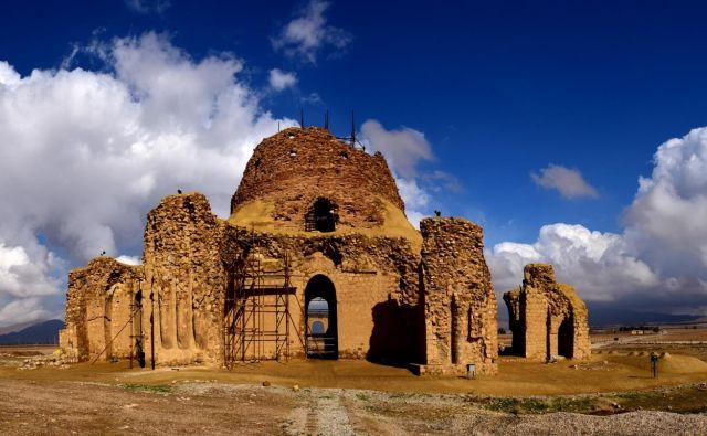 <strong>Arheološko najdišče Sasanidskega cesarstva (Iran)</strong><br /> Na jugovzhodu province Fars stojijo palače in utrdbe iz časa Sasanidskega cesarstva, ki je cvetel med letoma 224 in 658. Arheološko najdišče kaže optimalno uporabo naravnega reliefa in kako je na islamsko umetnost vplivalo tudi rimsko cesarstvo. FOTO: Babak Sedighi