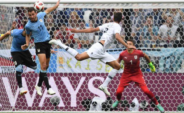 Raphael Varane je bil spretnejši in hitrejši od Urugvajca Cristhiana Stuanija pri golu za 1:0. Foto AFP