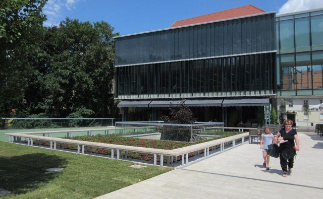 Knjižnica ima končno spet odprto pohodno streho, kaj bo na njej, če sploh kaj, pa je še vprašanje. FOTO: Špela Kuralt/Delo